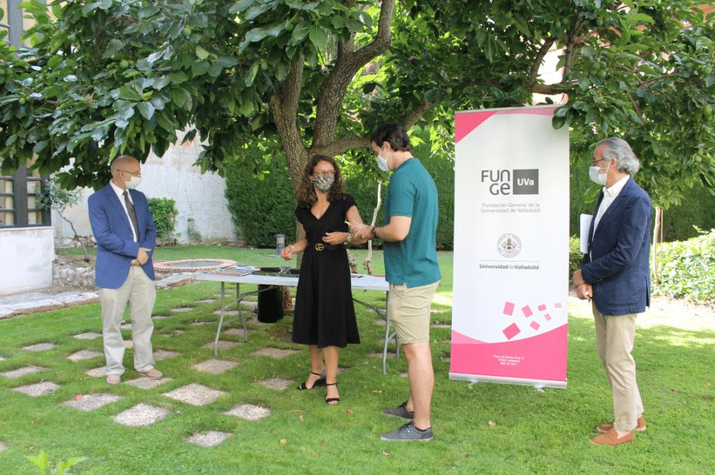 Elena Villarejo,Carlos F. Cabezas y Rubén Caramazana, primer premio Mejor Póster.