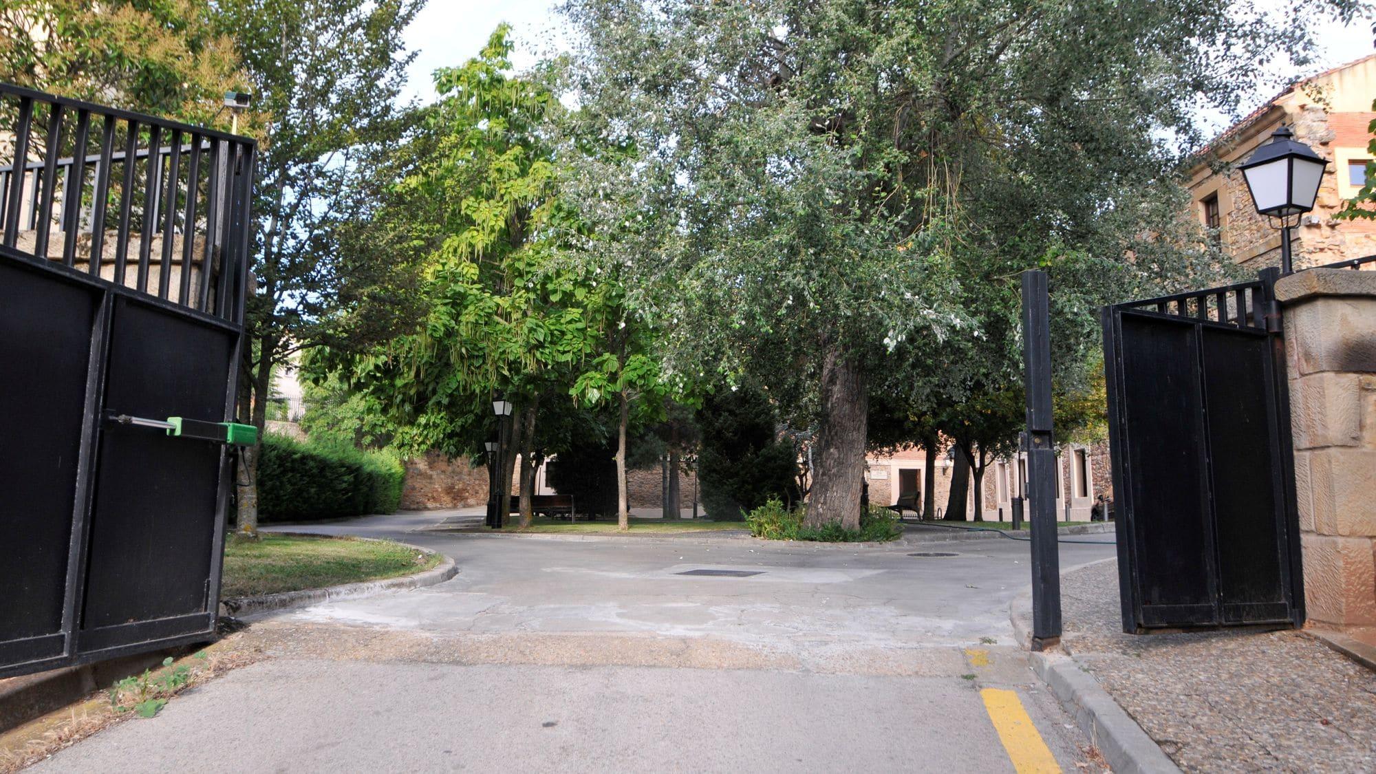 https://funge.uva.es/wp-content/uploads/2020/12/Entrada-Residencia-Duques-de-Soria-Universidad-de-Valladolid.jpg